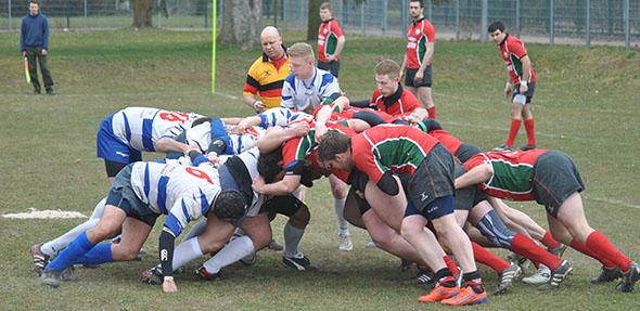 """Das """"Gedränge"""" ist eine der Standardsituationen beim Rugby-Sport. Der Wormser Mannschaft hier im rot-grünen Trikot. Foto: Gernot"""