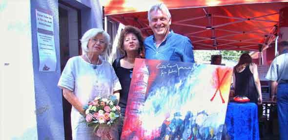 Malerin Sieglinde Schildknecht mit dem Eheleuten Beck, die das diesjährige Nibelungenbild ersteigerten.