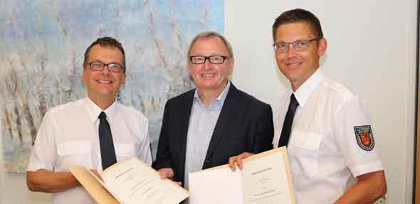 Zwei neue Leitende Notärzte unterstützen das bestehende Team: Landrat Ernst Walter Görisch (Mitte) verpflichtete Karl Ernst Matthias Fischer (l.) und Alexander Frohmajer.