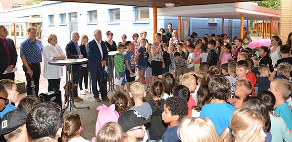 Die Schulkinder begrüßten den Wormser Oberbürgermeister Michael Kissel sehr herzlich. Foto: Gernot Kirch