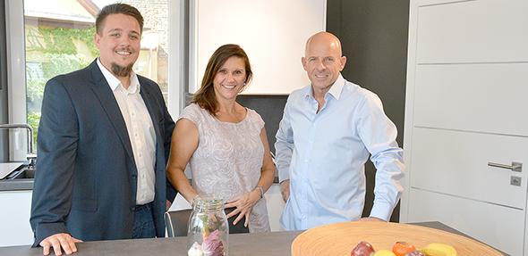 Das freundliche und kompetente Team steht jederzeit für Fragen zur Verfügung. Von rechts: Die Eheleute Stefan und Sigrid Mecky sowie Sohn Julian Mecky.