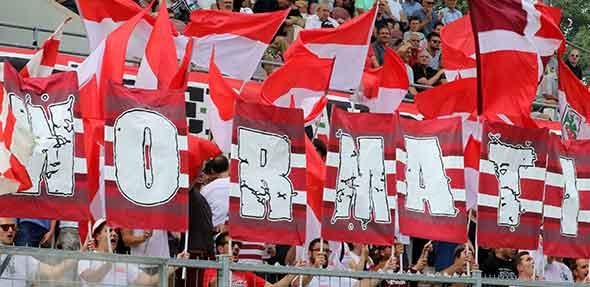 Die Wormatia-Fans stehen heute voll hinter der Mannschaft. Foto: Felix Diehl