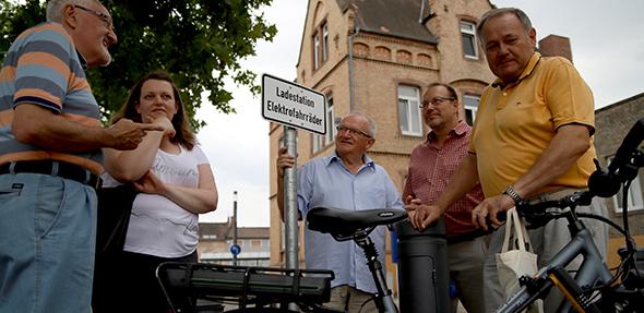 CDU Osthofen testet E-Bike-Ladestation am Bahnhof. Von links: Günter Sum, Siegrid Loris, Matthias Loris, Klaus Hertle, Hans-Peter Knierim und ein E-Bike.