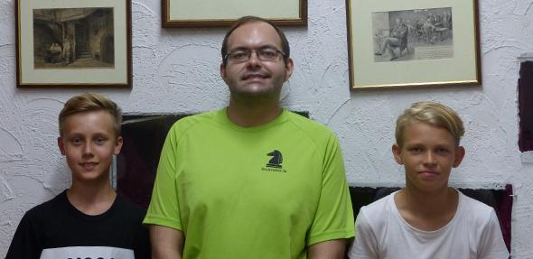 Johannes Feldmann (mitte), prominenter Neuzugang des Schachclubs Worms für die anlaufende Saison