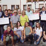 """Die Vertreter der Vereine und Organisationen, einige Jugendliche der Jugendclubs, Bürgermeister Abstein und ein paar """"Abspeck-Teilnehmer"""" waren bei der symbolischen Scheckübergabe der Volksbank-Aktion zugegen."""