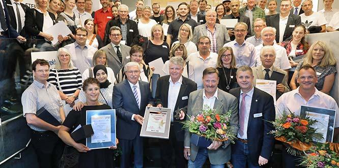 Alle ausgezeichneten Preisträger strahlen mit ihrer Auszeichnung um die Wette. Foto: Rudolf Uhrig