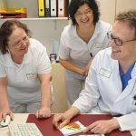 Die beiden Diabetesberaterinnen Gabriele May und Susanne Hirtes werten mit Oberarzt Dr. Christian Guth das Ergebnis einer Glukosemessung aus.