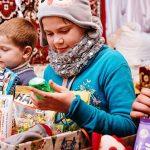 Bei den Päckchenspenden hat sich eine Mischung aus Kleidung, Spielsachen, Schulmaterialien, Hygieneartikeln und Süßigkeiten bewährt. Foto: David Vogt