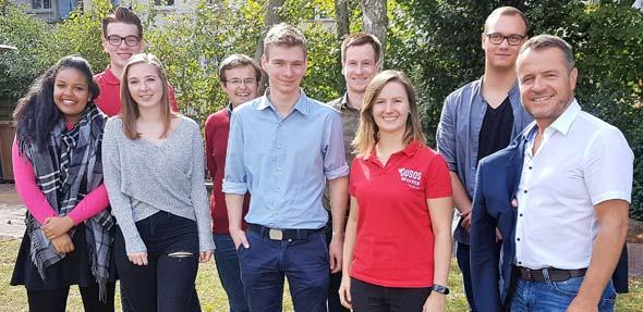 SPD-Vorsitzender Jens Guth gemeinsam mit den Juso-Spitzenkandidaten zur Kommunalwahl, Tatjana Lietz und Jonas Deichelmann (von rechts) sowie dem erweiterten Vorstand der Jusos Worms.