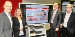 Nun ist eine Legitimation auch per Computer, Tablet oder Smartphone möglich- von jedem Ort der Welt. Über diese Innovation freuen sich Dr. Marcus Walden, Eva-Katharina Hänsel, Frank Belzer und Wolfhard Hensel (von links).