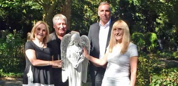 Ilona Eckel, Ralf-Quirin Heinz, Uwe Franz und Mirella Baumgärtner (von links) mit der neuen Engel-Statue auf dem Wormser Hauptfriedhof.