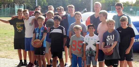 Der Wettergott war an diesem Tag Basketballer und so widmeten sich die jungen und junggebliebenen Basketballer bei strahlendem Sonnenschein ihrem Sport.