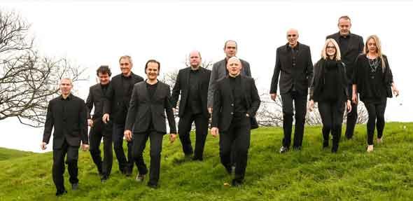 """Die elfköpfige Band um Sänger Jürgen """"Phil"""" Mayer hat die größten Hits des englischen Megastars und seiner früheren Band Genesis im Programm."""