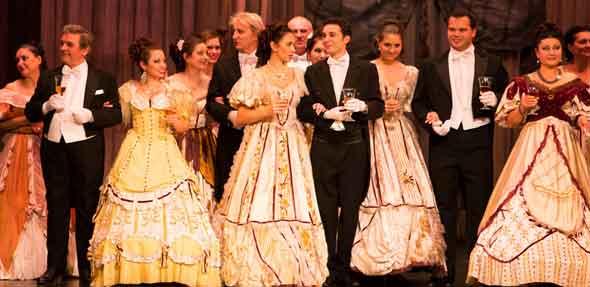 """Die große Operngala """"Sterne der Oper"""" bietet die schönsten Arien und Szenen aus """"La Traviata"""", """"Rigoletto"""", """"Die Perlenfischer"""", """"Carmen"""" und weitere."""