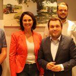 SPD-Ortsbürgermeisterkandidat Tobias Rohrwick (Mitte) gemeinsam mit MdL Kathrin Anklam-Trapp (2. von links), VG-Bürgermeister Ralph Bothe (rechts) und den beiden stellvertretenden Ortsvereinsvorsitzenden Martin Barthold (2. von rechts) und Bernd Hofmann (links).