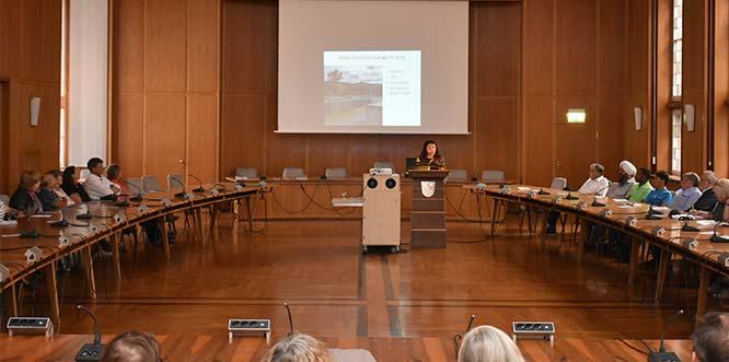 Birgit Mair erläutert im Ratssaal die Konzeption der Ausstellung.