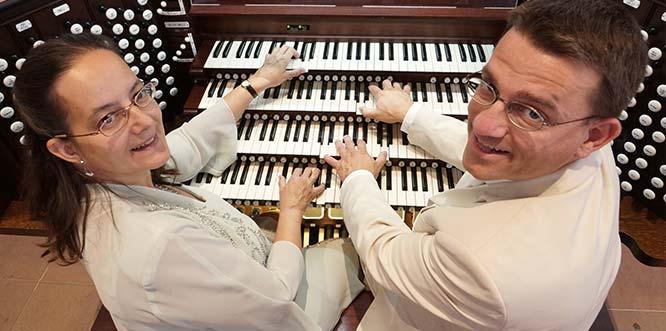 Iris und Carsten Lenz lassen zum Auftakt der närrischen Jahreszeit die Pfeiffen der Orgel tanzen.