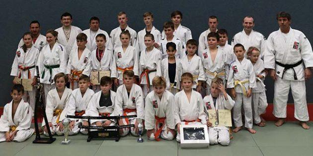 Stolz präsentieren die Judokas des 1. Judo-Club Worms ihre Trophäe des Katana-Gesamtschwertes.