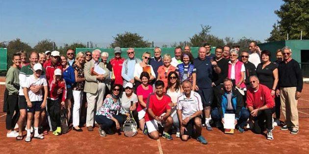 Trotz des strahlenden Sonnenscheins beendet das Bizzler-Turnier des Tennisclubs Osthofen die Freiluftsaison vor Ort.