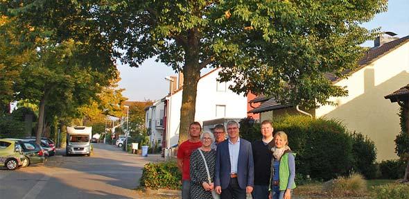 Richard Grünewald (Mitte) hält den Baum in der Friedrich-Händel-Straße für absolut erhaltenswert.