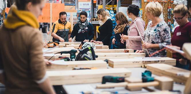 """Wie in den Vorjahren bietet Hornbach erneut """"Women at work""""-Projektabend statt, in dessen Kurse etwa Dübeln, Sägen und Schleifen ausprobiert werden kann. Foto: Hornbach"""