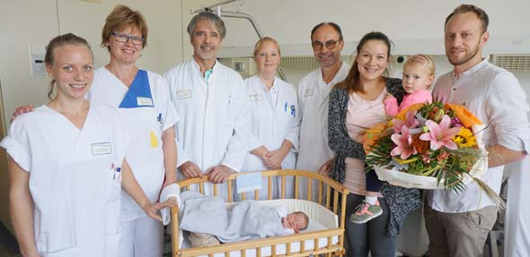 Jasmin Dietze, Dagmar Reber, Dr. Thomas Herbel, Jana Trumpler und Prof. Dr. Thomas Hitschold (von links) mit Baby Tom, Geschwisterchen Alena und den Eltern.