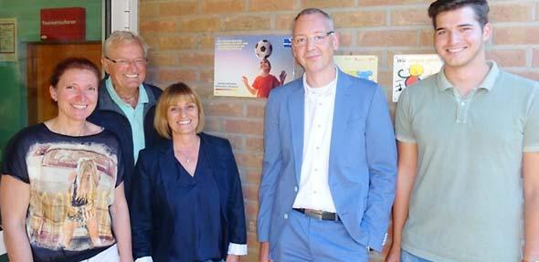 Anfang Oktober wurde die Partnerschaft zwischen der Bernd-Jung-Stiftung und den Gemeindewerken offiziell besiegelt: von links: Andrea Iversen (Stellvertretende Kita-Leiterin), Bernd Jung, Birgit Adrian, Dr. Frank Peter und Julian Geib (Vorstand Stiftung).