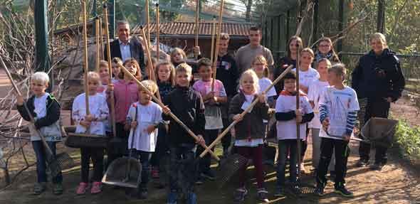 Beigeordneter Uwe Franz dankt den fleißigen, kleinen Helfern: Sichtlich stolz über die getane Arbeit präsentieren sich die Ferienkinder in der Australien-Anlage im Tiergarten Worms.