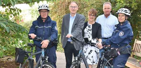 Walfried Günther (links) und Christine Brehm (rechts) sind mit ihren Rädern nun auf Kontrolltour in der Stadt unterwegs. Bürgermeister Hans-Joachim Kosubek, Bereichsleiterin Angelika Zezyk und Abteilungsleiter Stefan Laskowski (hinten von links) stellten die neue Fahrradstreife der Ordnungsbehörde vor.