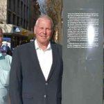 Claus Scherer vom Büro des Oberbürgermeisters, Stadtmarketing-Geschäftsführer Kai Hornuf und Städtepartnerschaftsbeauftragte Tatjana Lösch an der Stele auf dem Parmaplatz.