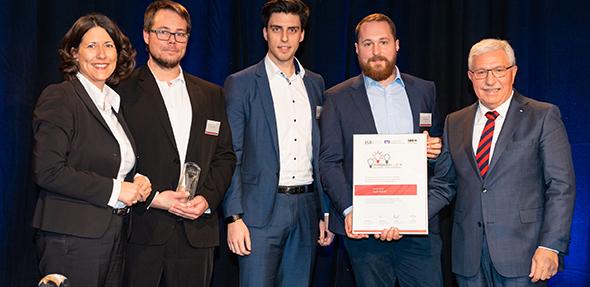 Von links: Wirtschaftsstaatssekretärin Daniela Schmitt, Jens Platz, Konstantin Wachendorff, Jonas Kuntze (eyeV GmbH) und Armin Bork, Vorstandssprecher der Volksbank Alzey-Worms.