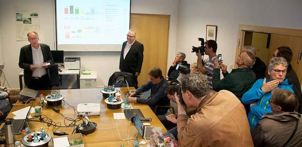 Wahlleiter Hans-Joachim Kosubek bei der Verkündigung des vorläufigen amtlichen Endergebnisses. Foto: Robert Lehr