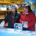 Jede Schicht am UNICEF-Weihnachtsmarktstand wird immer mit zwei ehrenamtlichen Helfern besetzt.