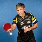 Blockt so ziemlich alles zurück, was sein jeweiliger Gegenüber an kleinen weißen Plastikkugeln über das Tischtennis-Netz befördert: Helmut Sonnenberg.