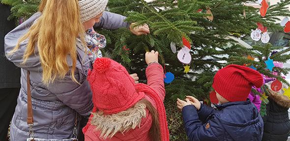 Voller Tatendrang schmückten die Jungen und Mädchen den Weihnachtsbaum an der Ortsverwaltung.