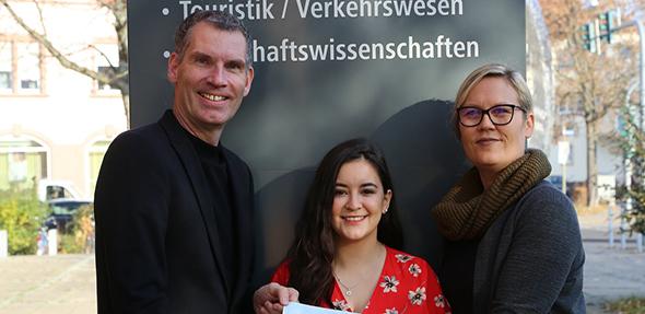 Die diesjährige DAAD Preisträgerin Paola Jimenez, freut sich über den Preis und wird damit ihre Netzwerkarbeit ausbauen. Von links: Joachim Mayer, Paola Jimenez, Susanna Ripp,