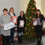 Am Dienstag wurden alle 364 Geschenke an die Mitarbeiter der sieben Einrichtungen ausgegeben. Foto: Gernot Kirch