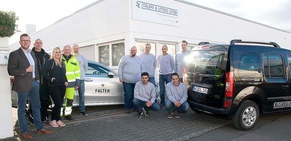 Gerd Reuther und Steffen Wassner (1. und 2. von links) mit ihrem Team vor der verkehrsgünstig gelegenen Werkstatt im Winkel 9 im Wormser Süden. Foto: Robert Lehr