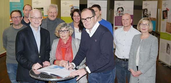 Die feierliche Unterzeichnung des Vertrages im Rahmen der Ausstellung, die noch bis Freitag zu sehen ist.