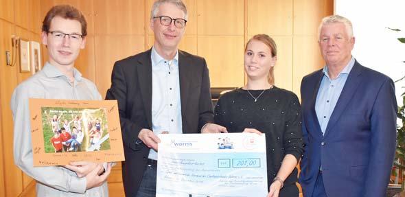Michael Kissel (rechts) ist stolz auf die JAV der Stadtverwaltung: Waldemar Schuckmann (links) und Laura Waßner überreichen Georg Bruckmeir den symbolischen Scheck.