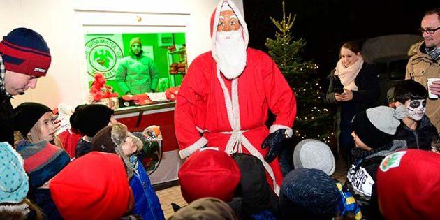 Höhepunkt des ersten Weihnachtsmarktes der Wormatia war der Besuch des Nikolaus, der für die jüngsten Gäste auch kleine Geschenke mitgebracht hatte. Foto: Karin Flesner