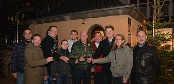 Strahlende Winzer stoßen mit einem edlen Tropfen auf den Erfolg der Wormser Vinothek an. Foto: Gernot Kirch