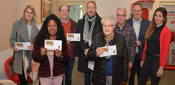 Strahlende Gesichter bei der Gewinnübergabe in der Sparkassenfiliale in Osthofen. Foto: Gernot Kirch