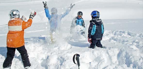 Zu einem richtigen Ausflug in den Schnee gehört eine zünftige Schneeballschlacht.