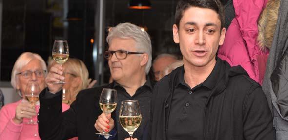 Der 1. Vorsitzende des TC Rot-Weiß Worms, Julian Djabarian (rechts), begrüßt die Mitglieder zum Neujahrsempfang.