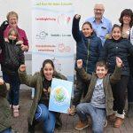 Die Jungen und Mädchen der Schüler-Arche freuen sich mit ihren Betreuern über die Spende der Seebach-Kommödianten in Höhe von 1.000 Euro. Foto: Gernot Kirch