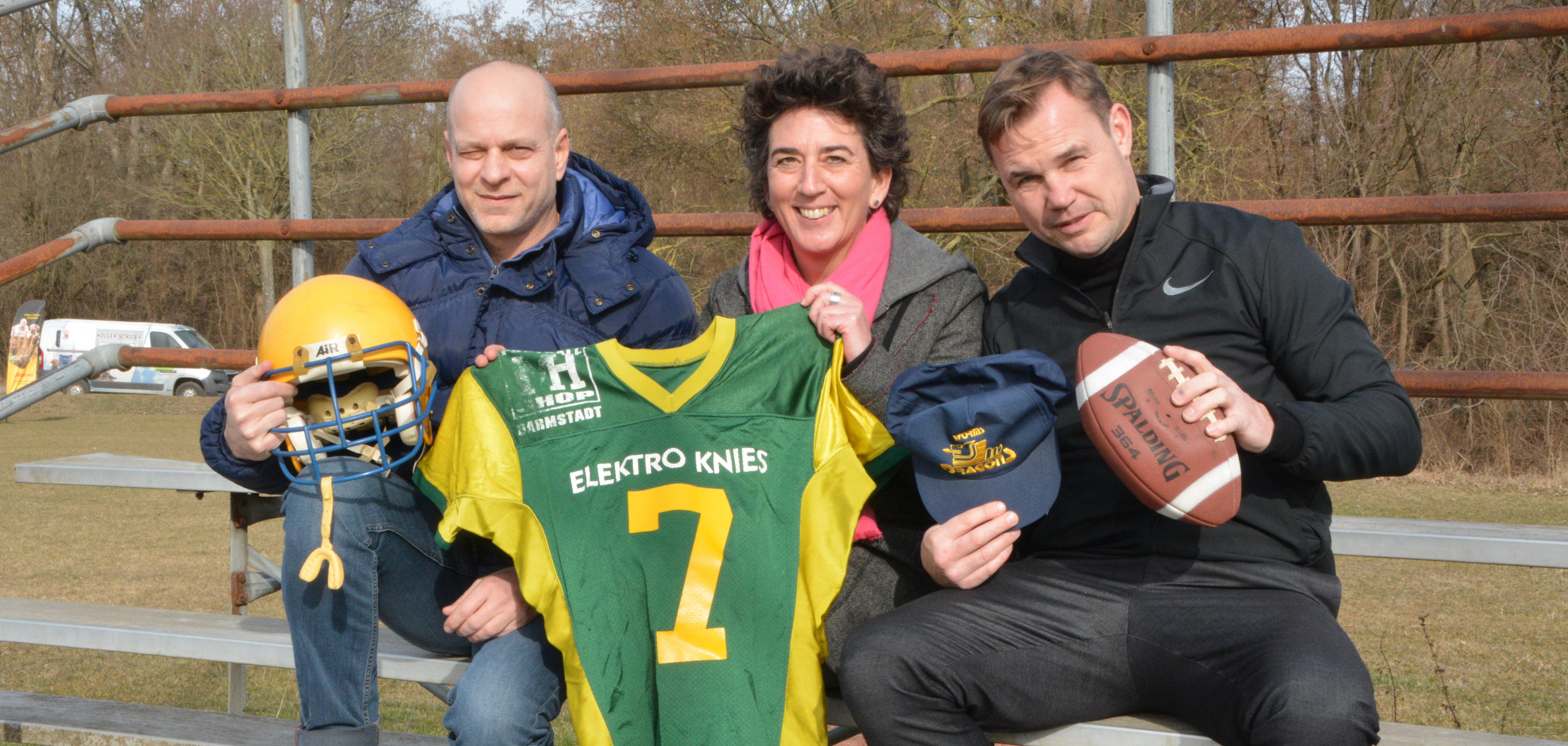 Mit Jochen Schilling (links) und Oliver Schembs (rechts) erinnerten sich zwei Spieler an die Zeit der Dragons. In der Bildmitte Ulrike Knies, deren verstorbener Bruder Joe einer der Motoren des Wormser Footballs war.