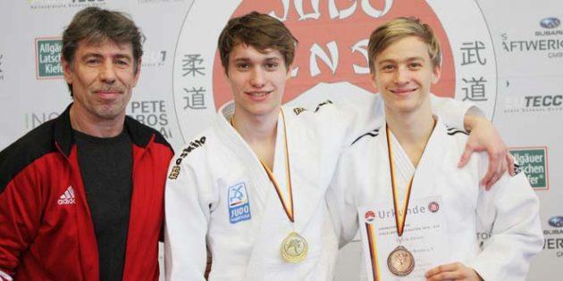 Norbert Barwig zeigt sich begeistert von der Leistung von Delvin Ahmeti und Tim Berkes, die sich beide für die deutsche Meisterschaft qualifizierten (von links).