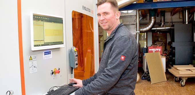 Olaf Weber mit seiner neuen CNC-Maschine HOLZ-HER Evolution 7405. In Verbindung mit den 3-D-Gestaltungsprogrammen ermöglicht die hochmoderne Fräs- und Sägemaschine millimetergenaues und schnelles Arbeiten für die zeitnahe Umsetzung der individuellen Wohn- träume. Foto: Robert Lehr