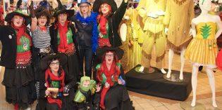 Helau: Fünf Gloria-Hexen, zwei Kaufhof-Mitarbeiterinnen und ein Ninja: Henry Engel (vorne Mitte) bewachte die ausgelassene Truppe am Samstagmorgen auf dem großen Fastnachtsmarkt im Untergeschoss der Galeria Kaufhof Worms. Dort läuteten Sofia Erkelenz und Grit Werner (2. und 5. von links) die heiße Phase des Karnevals mit Kräppel, Kaffee und Sekt für die Besucher ein. Foto: Robert Lehr